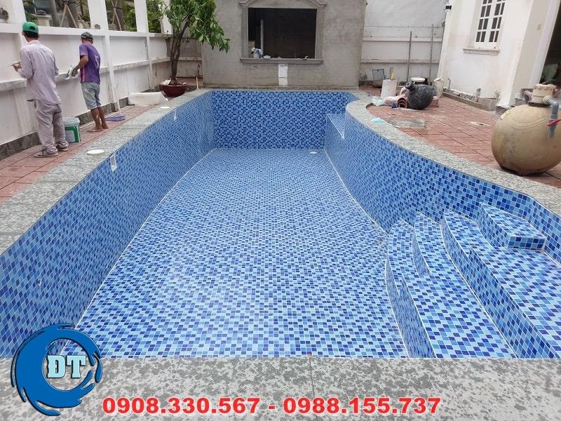Vệ sinh hồ bơi sau khi ốp lát gạch