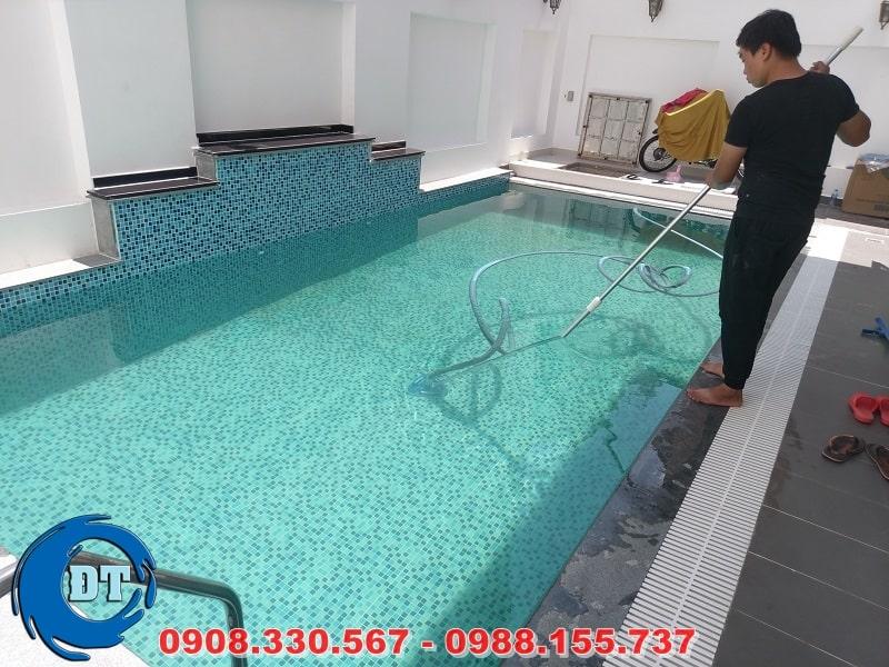 Vệ sinh hồ bơi